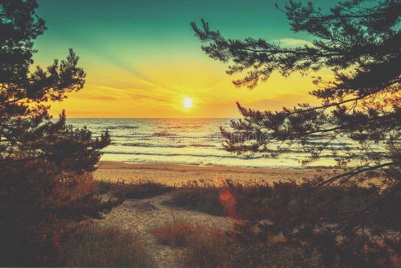 Mooie zonsondergang over het overzees stock afbeeldingen