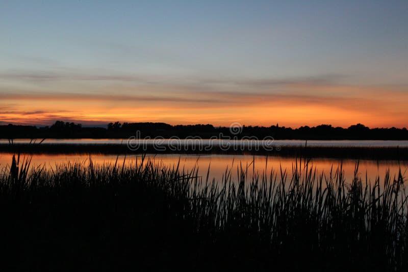 Mooie zonsondergang over meer royalty-vrije stock fotografie