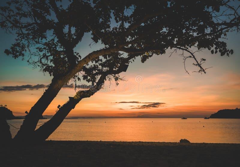 Mooie Zonsondergang over overzees Het Eiland van Bali, Indonesi? royalty-vrije stock afbeeldingen