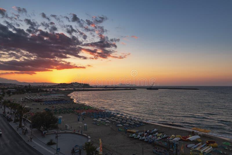 Mooie zonsondergang over overzeese baai en oude vesting Het eiland van Kreta stock afbeeldingen