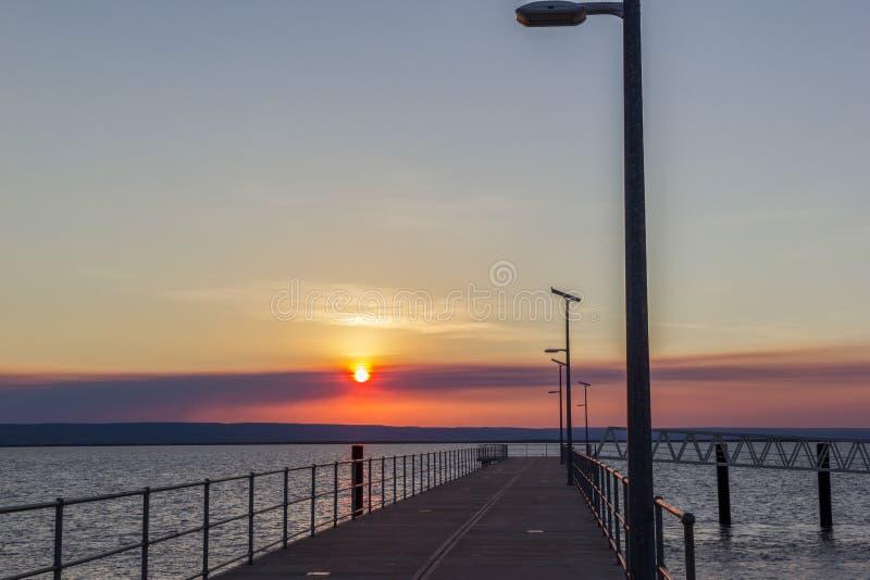 Mooie zonsondergang over pier met van de mens laterns westelijk Australië royalty-vrije stock fotografie