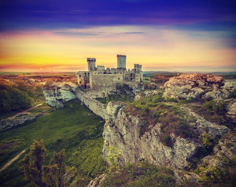 Mooie zonsondergang over ruïnes, Polen, uitstekend retro effect royalty-vrije stock fotografie