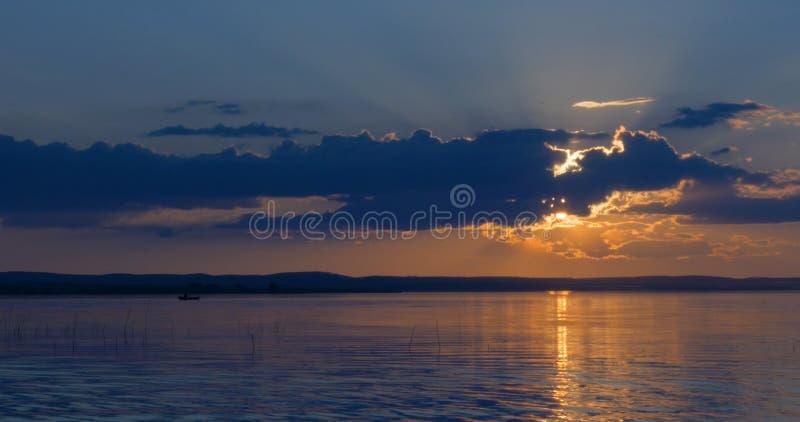 Mooie zonsondergang over van een meer stock foto's