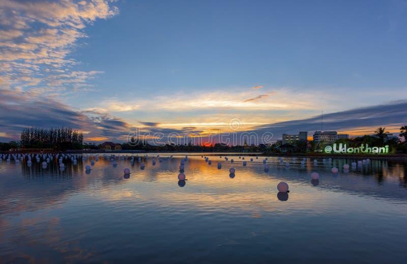 Mooie zonsondergang over vijver in een stad stock fotografie