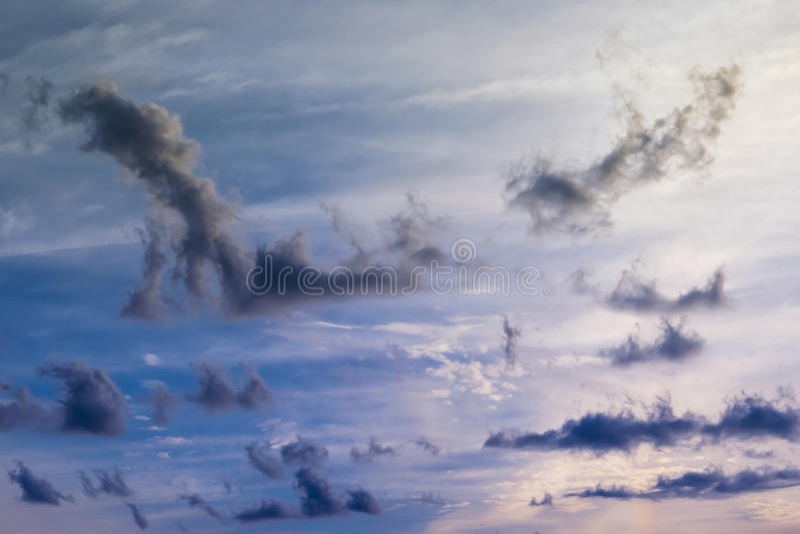 Mooie zonsondergang in rode/blauwe bewolkte hemel royalty-vrije stock foto's