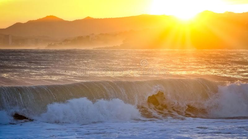 Mooie zonsondergang in Spanje met grote golven, Costa Brava royalty-vrije stock afbeeldingen
