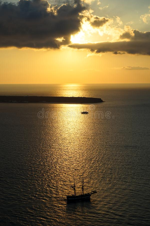 Mooie zonsondergang toneel oceaanmening in enorme Egeïsche overzees met varend schipsilhouet, abstracte wolk en lichte bezinning stock afbeeldingen