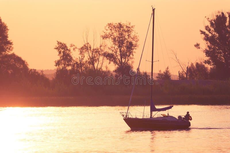 Mooie Zonsondergang Verre Zeilboot royalty-vrije stock fotografie