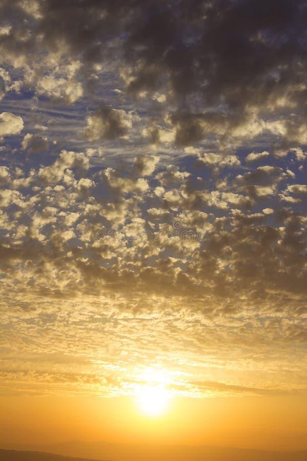 Mooie zonsondergang, wolken van gouden kleur royalty-vrije stock afbeelding
