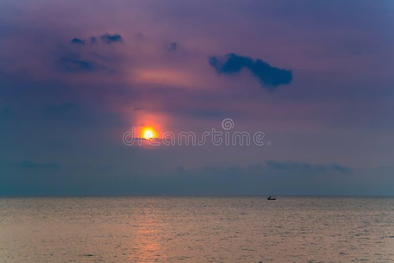 Mooie zonsondergang/zonsopgang bij het overzees met bezinning in het water stock afbeeldingen