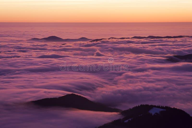 Mooie zonsondergang of zonsopgang boven de wolken stock foto's