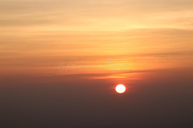 Mooie zonsondergang of zonsopganghemel boven wolken met dramatisch licht stock foto's