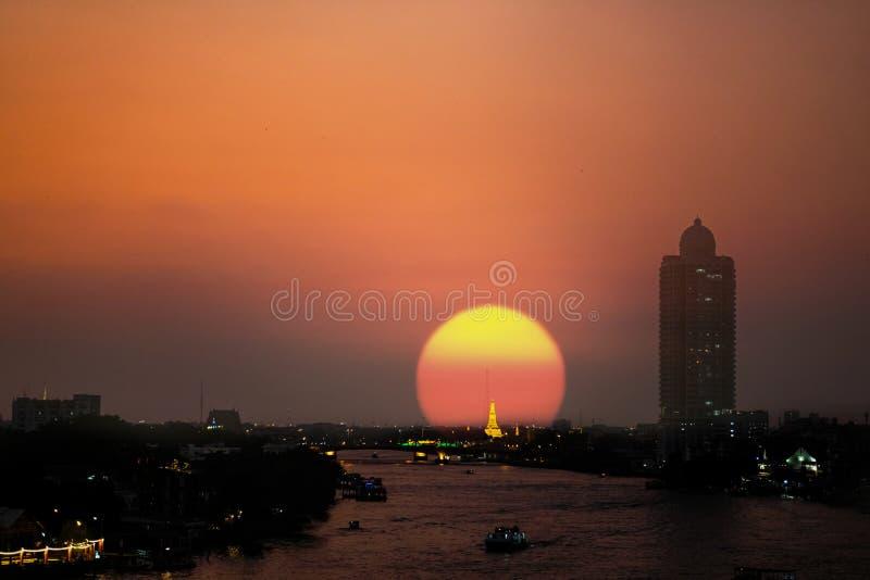 Mooie Zonsondergangachtergrond in de stad van Bangkok stock fotografie
