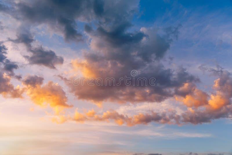 Mooie zonsonderganghemel boven wolken met dramatisch licht E r royalty-vrije stock afbeelding