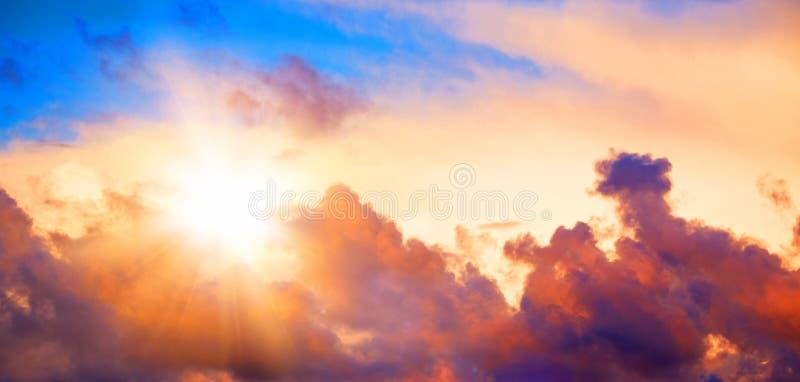 Mooie zonsonderganghemel met wolken stock fotografie