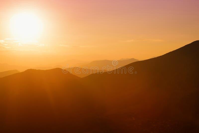 Mooie zonsondergangkleuren over de bergen van de Peloponnesus, Griekenland royalty-vrije stock foto's
