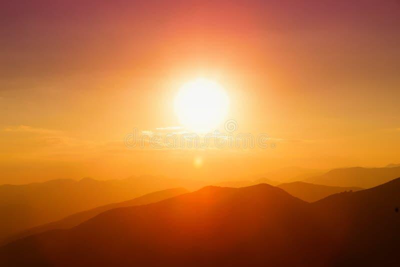 Mooie zonsondergangkleuren over de bergen van de Peloponnesus, Griekenland royalty-vrije stock fotografie