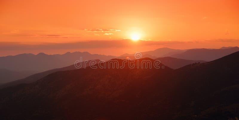 Mooie zonsondergangkleuren over de bergen van de Peloponnesus, Griekenland royalty-vrije stock foto