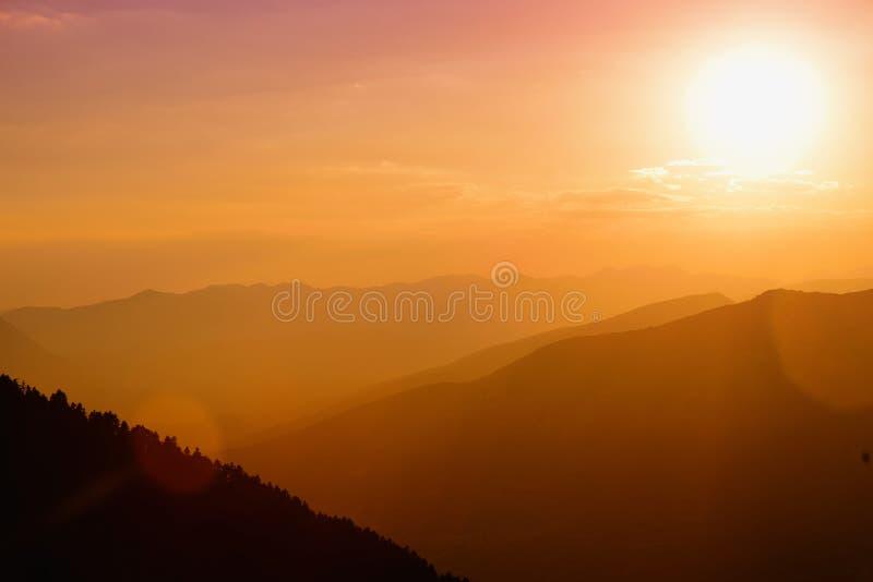 Mooie zonsondergangkleuren over de bergen van de Peloponnesus, Griekenland stock afbeeldingen