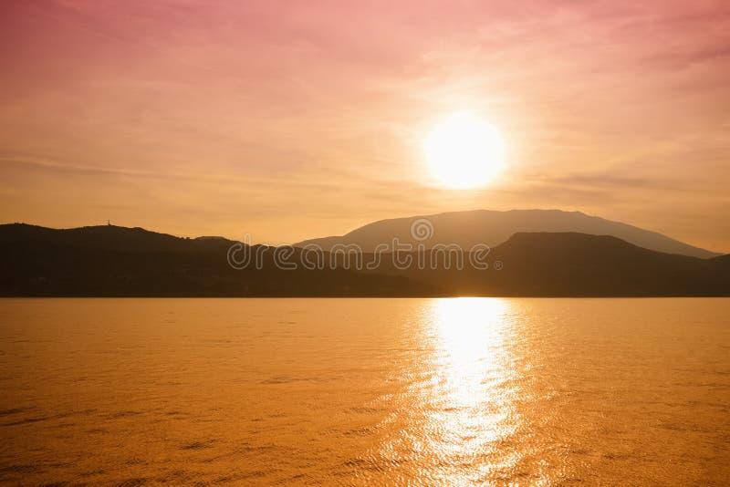 Mooie zonsondergangkleuren over de kustlijn van Cephalonia-eiland, Griekenland stock afbeelding