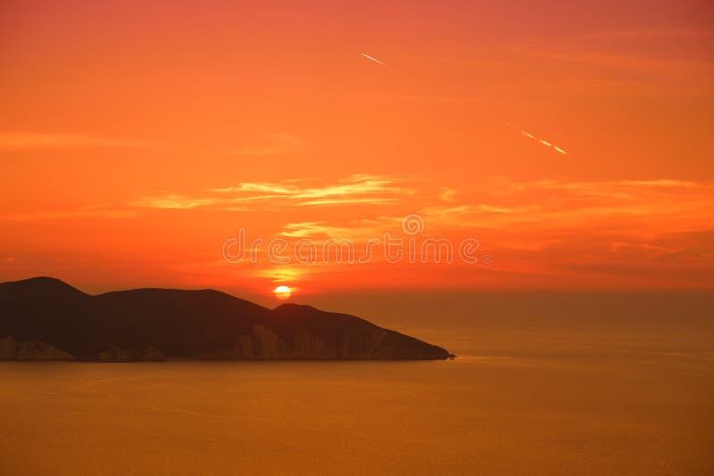 Mooie zonsondergangkleuren over de kustlijn van Cephalonia-eiland, Griekenland royalty-vrije stock foto