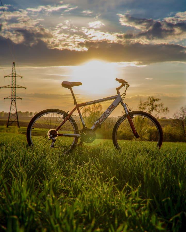 Mooie zonsondergangmening met een bergfiets royalty-vrije stock foto's