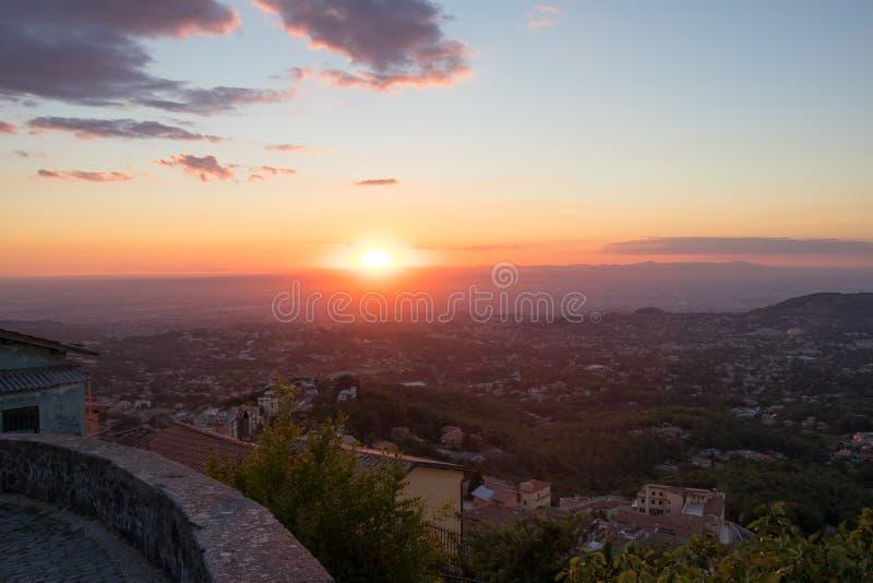 Mooie zonsondergangmening over de stad van Rome stock foto
