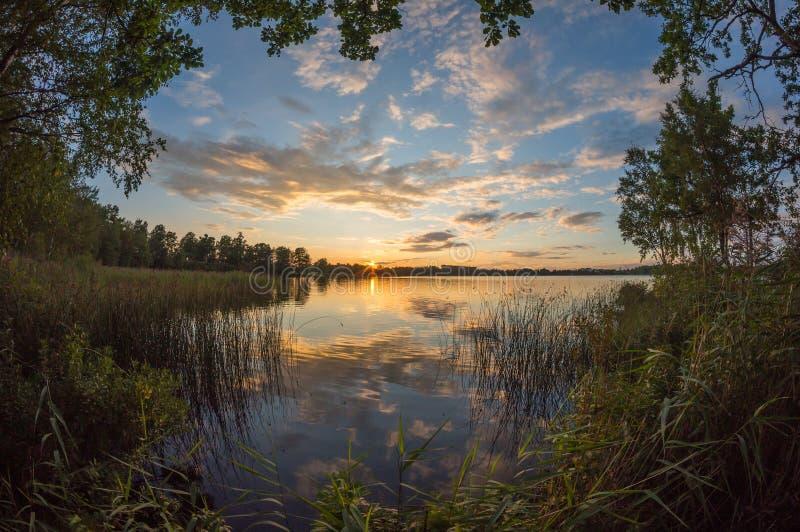 Mooie zonsondergangmening over meer stock foto's