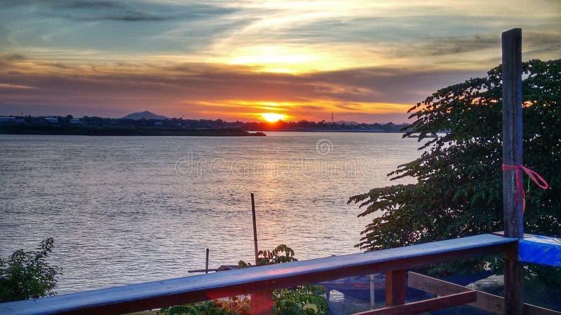 mooie zonsondergangrivier stock foto