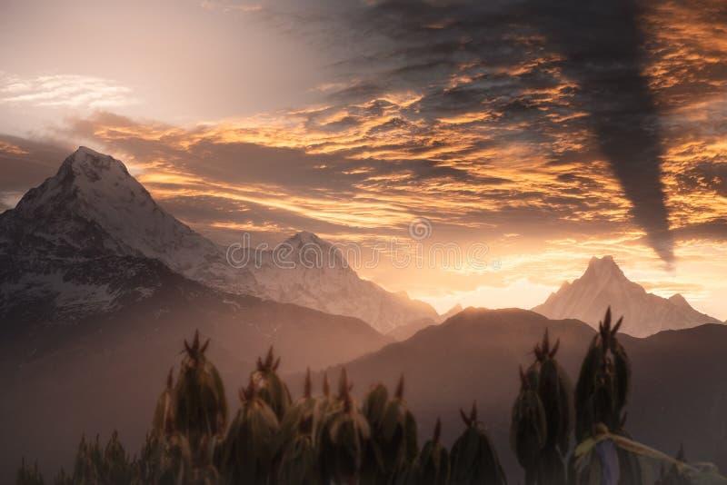 Mooie zonsopgang in bergen Dramatische hemel en schaduw van de berg op de wolken stock foto