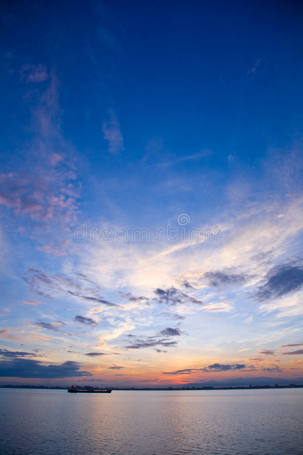 Mooie zonsopgang bij de overzeese horizon stock afbeelding