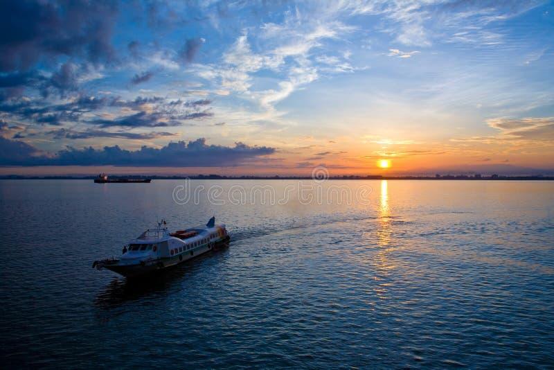Mooie zonsopgang bij de overzeese horizon royalty-vrije stock foto's
