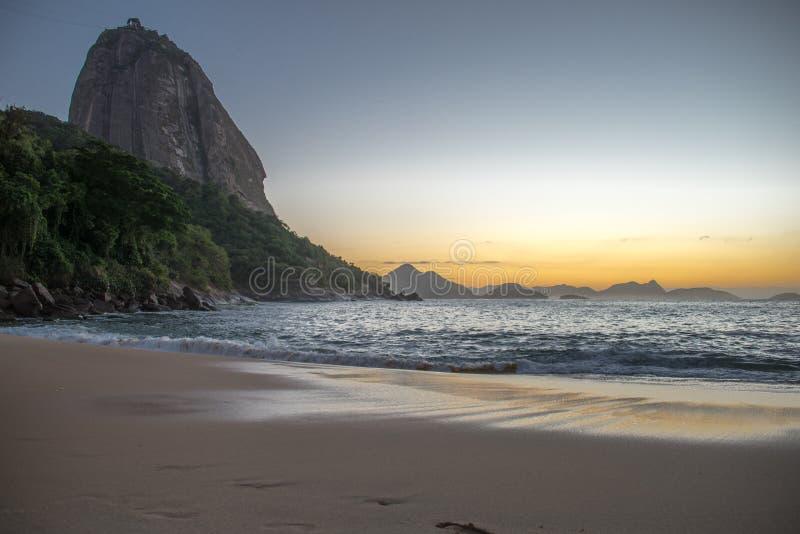 Mooie Zonsopgang bij het Rode Strand, Praia Vermelha, met de Sugarloaf-Berg, Rio de Janeiro stock foto