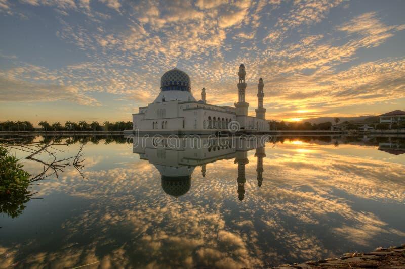 Mooie Zonsopgang bij Likas-Moskee, Borneo stock fotografie