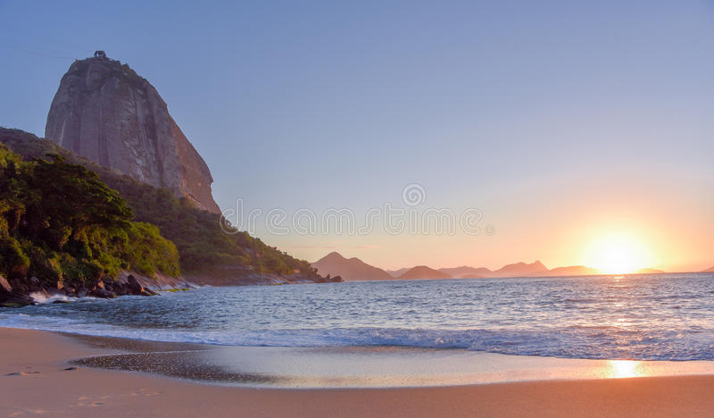 Mooie zonsopgang bij Praia Vermelha en de Sugarloaf-Berg royalty-vrije stock afbeelding