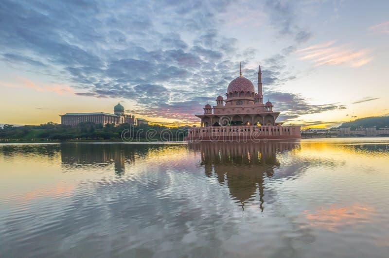 Mooie zonsopgang bij Putra-Moskee, Putrajaya Maleisië met kleur royalty-vrije stock afbeeldingen