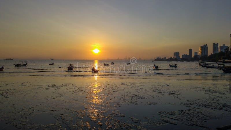 Mooie zonsopgang dichtbij het strand in Penang Maleisië met de boot royalty-vrije stock foto