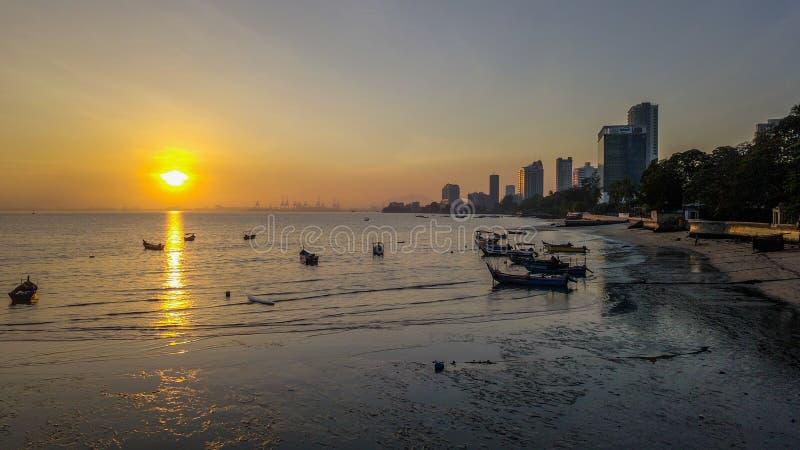 Mooie zonsopgang dichtbij het strand in Penang Maleisië met de boot stock fotografie
