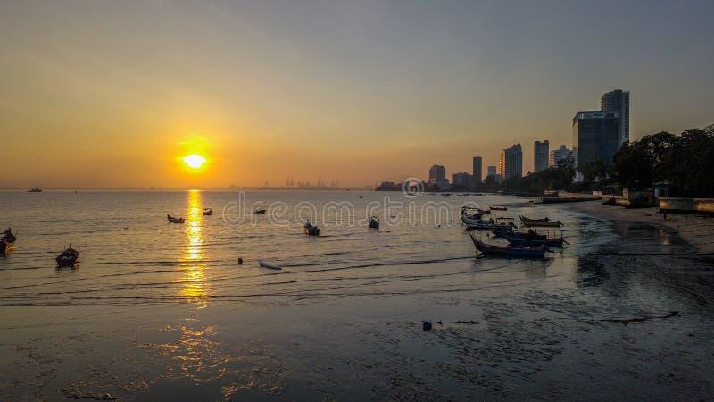 Mooie zonsopgang dichtbij het strand in Penang Maleisië met de boot stock afbeeldingen
