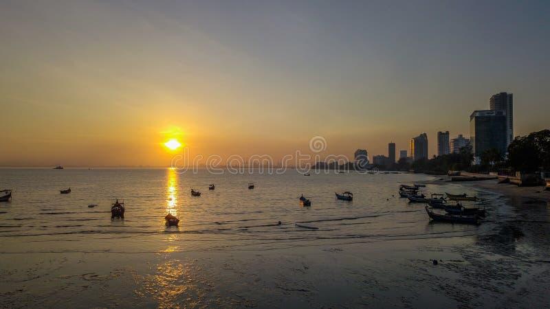 Mooie zonsopgang dichtbij het strand in Penang Maleisië met de boot royalty-vrije stock afbeelding