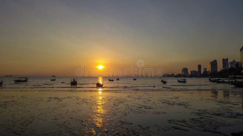 Mooie zonsopgang dichtbij het strand in Penang Maleisië met de boot stock foto