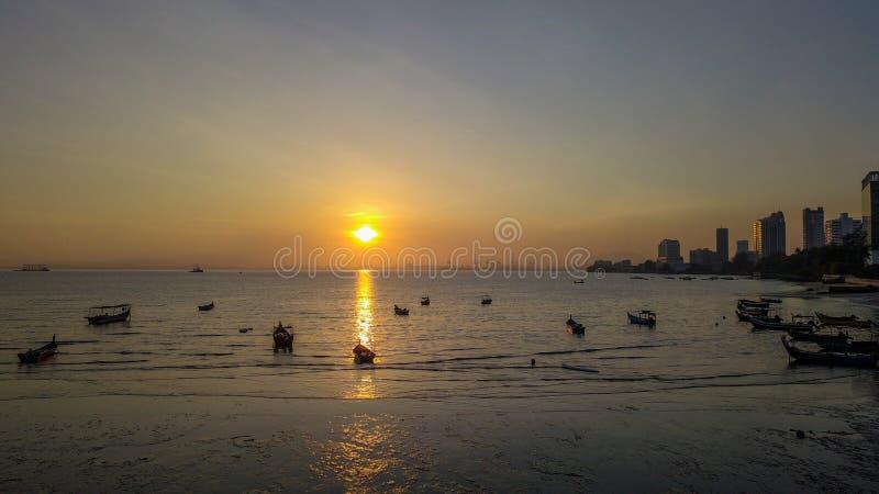 Mooie zonsopgang dichtbij het strand in Penang Maleisië met de boot stock foto's