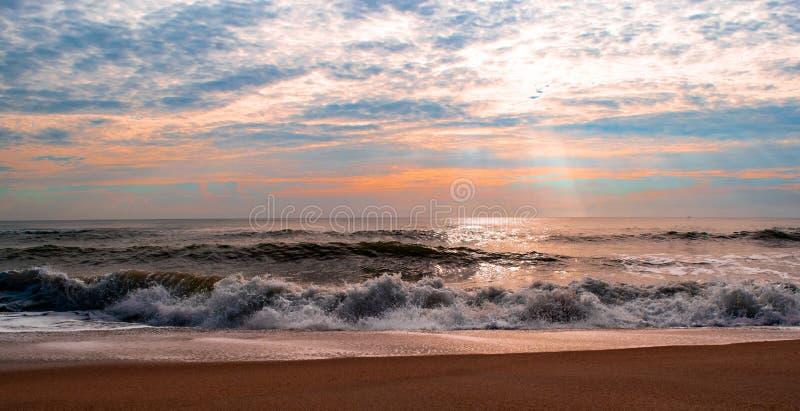 Mooie zonsopgang en mooie blauwe hemelachtergrond over het lokale overzeese strand in de ochtendvakantie stock afbeeldingen