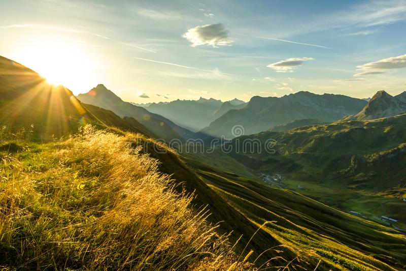 Mooie zonsopgang en gelaagde bergsilhouetten in vroege ochtend Lechtal en Allgau-Alpen, Beieren en Oostenrijk royalty-vrije stock fotografie