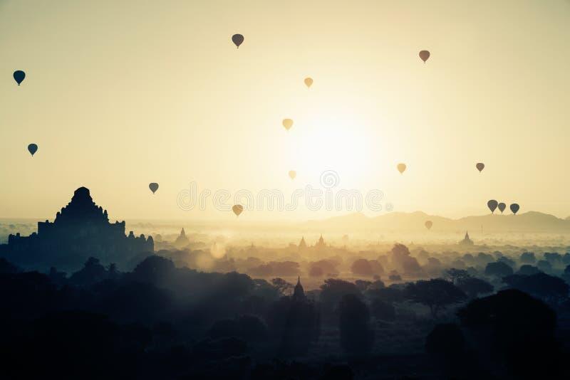 Mooie zonsopgang en hete luchtballons over oude pagode in Bagan stock fotografie