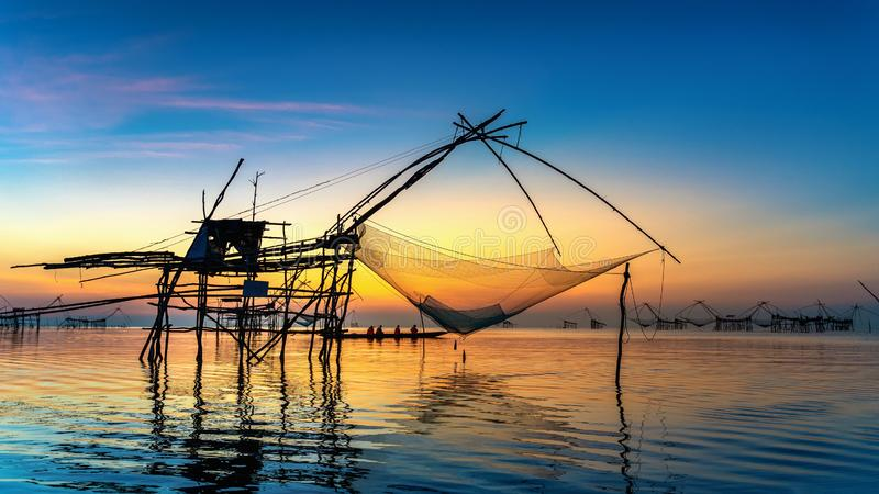 Mooie zonsopgang en visserijonderdompelingsnetten in Pakpra in Phatthalung, Thailand royalty-vrije stock afbeeldingen