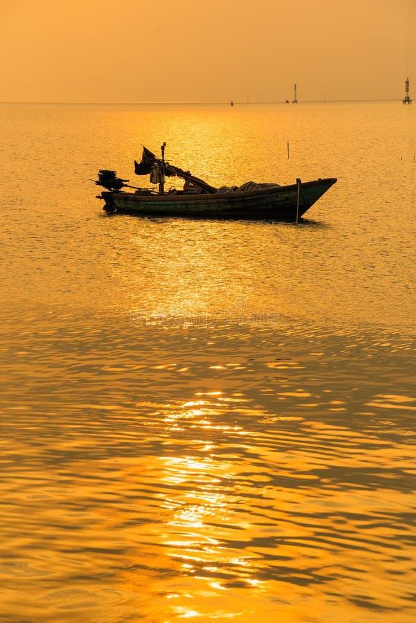 Mooie zonsopgang op het strand en het silhouet van vissersboot thailand royalty-vrije stock foto's