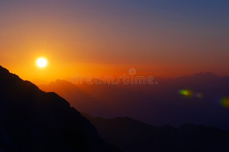 Mooie zonsopgang over Alpiene bergketens in Slovenië stock foto