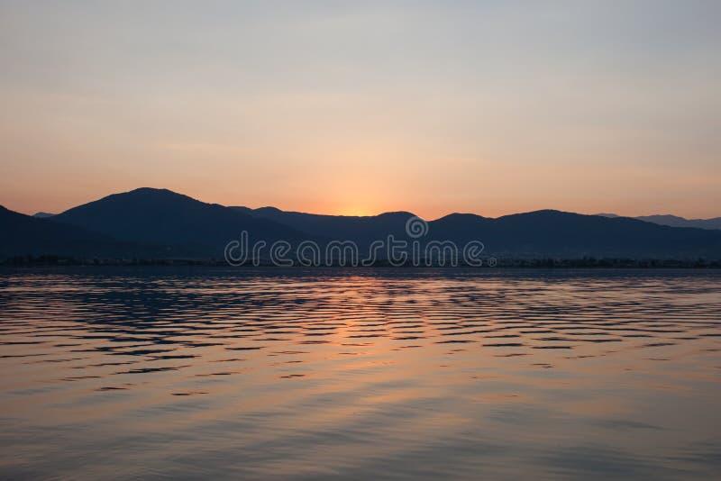 Mooie zonsopgang over de berg royalty-vrije stock foto