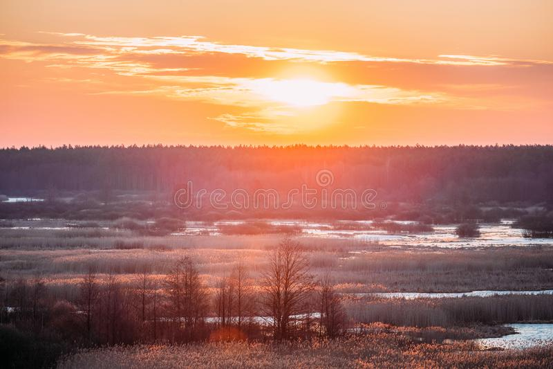 Mooie Zonsopgang over Forest And River In Early-de Lente Dramatische Hemel royalty-vrije stock foto's